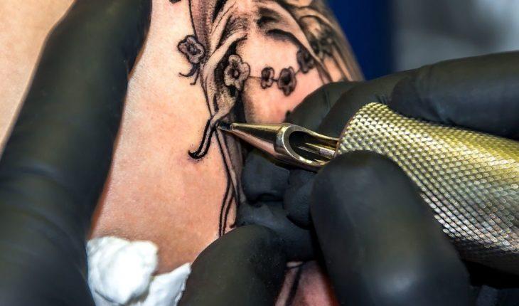Video: Se borra un tatuaje con láser y sufre terrible secuela