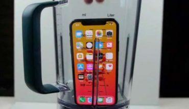 """Youtuber tritura un iPhone x en licuadora y bebe su """"jugo"""""""