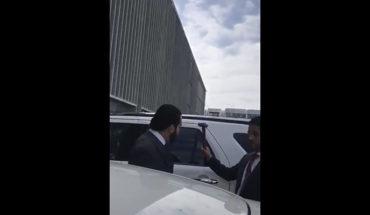 Anciano se estaciona en el sitio asignado al Juez Edgar Tello; guaruras lo amenazan con martillo (Video)