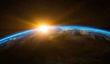 Arrojaron red que captura basura espacial en la órbita de la Tierra