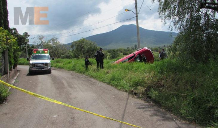 Hallan dos cadáveres baleados junto con camioneta volcada en canal de riego en Zamora, Michoacán
