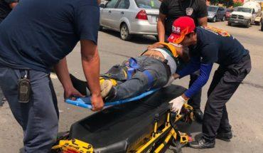 Motociclistas terminan lesionados tras impacto por camioneta