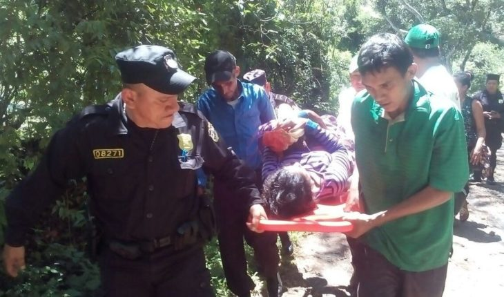 Mujer da a luz en plena calle con la ayuda de un policía