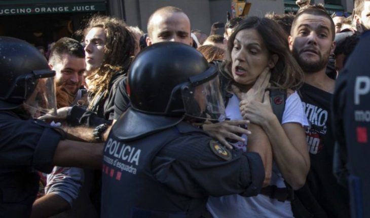 Policía se enfrenta a separatistas catalanes en Barcelona
