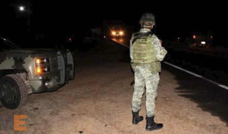 Tiran cadáver envuelto en una cobija en Parácuaro, Michoacán