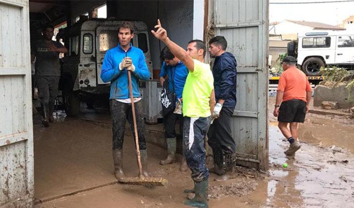 Ante inundaciones registradas en Mallorca, Rafael Nadal se suma a las tareas de limpieza