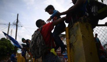 Caravana de migrantes rompe cordón policial en Guatemala y entra a México