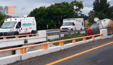 Choque de una pipa contra un autobús deja tres heridos en Vista Hermosa, Michoacán