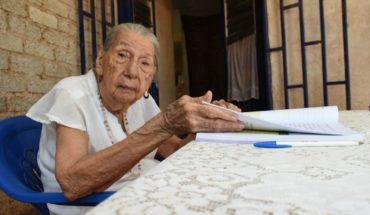 Doña María aprendió el ABC y finaliza la primaria a sus 95 años