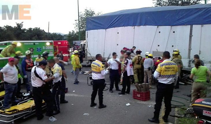 En Uruapan, Michoacán, aparatoso choque entre camioneta y tráiler deja un muerto y un herido