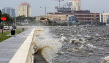 """Enormes olas azotan costa de Florida por huracán """"Michael"""""""