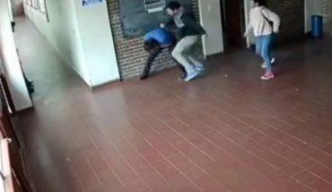 Fue a la escuela y golpeó al preceptor de su hija, acusado de abuso