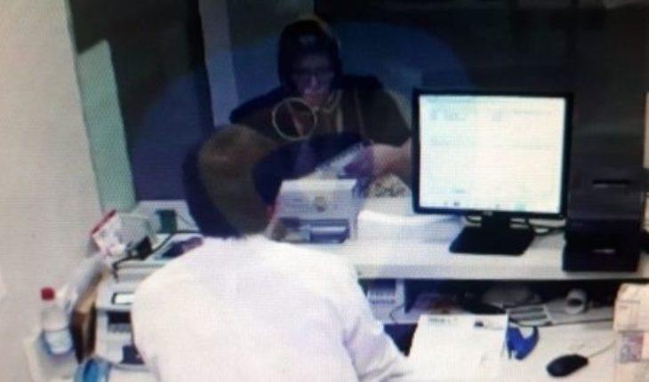 Insólito: se disfrazó de la mujer que cuidaba y retiró dinero de un banco