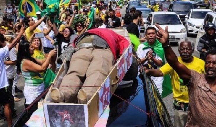 """Los seguidores de Bolsonaro """"velaron"""" a Lula: la semejanza con un ritual que ya se vio en la Argentina"""