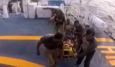 Marinos brindan ayuda a un tripulante de una embarcación atunera en Lázaro Cárdenas