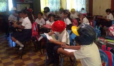 Niños van con casco a escuela porque el techo se está cayendo