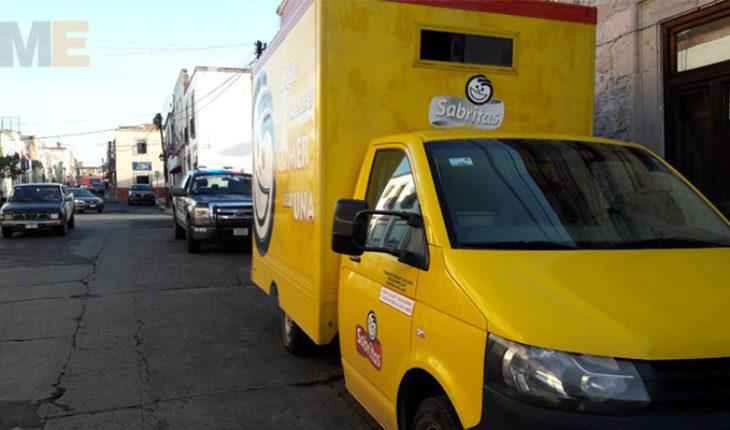 Normalistas retienen dos vehículos comerciales y les roban la mercancía en Morelia, Michoacán