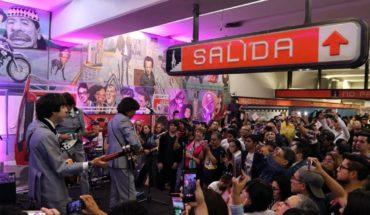 Pasajeros disfrutan concierto de los Beatles en el Metro