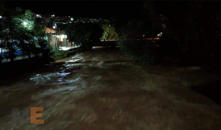 Se desborda el Río Cuervo, en Cotija, Michoacán; hay viviendas y automóviles dañados