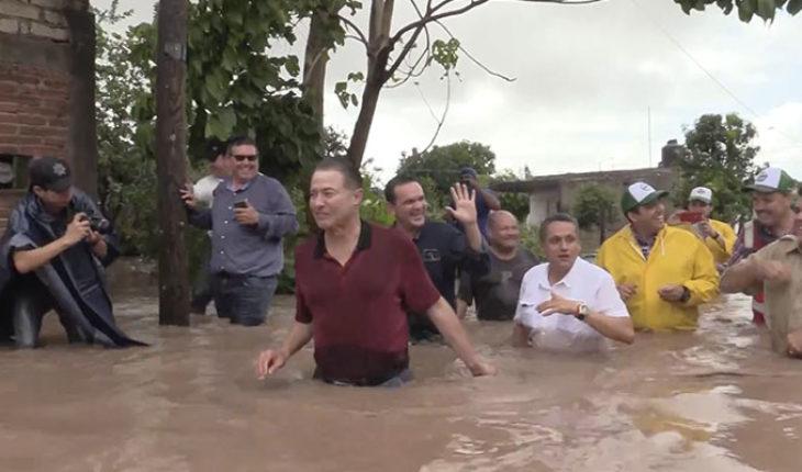 """Tras polémica de colchones reciclados, gobernador de Sinaloa reaparece en zonas afectadas por el huracán """"Willa"""""""