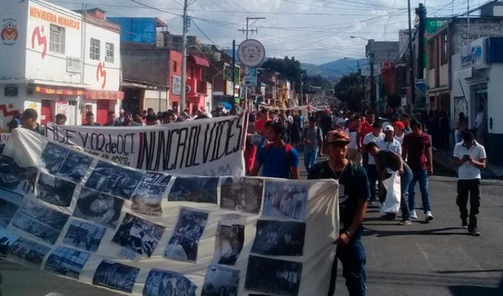 Universitarios marchan para conmemorar el 2 de octubre de 1968 en Morelia, Michoacán