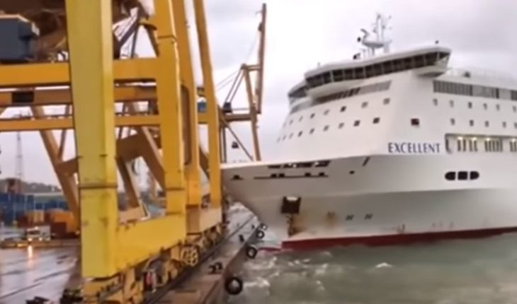 [VIDEO] Ferry chocó con una grúa y causó incendio en el puerto de Barcelona