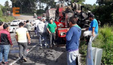 Vuelca camión de carga en la Curva del Diablo, en Uruapan, Michoacán