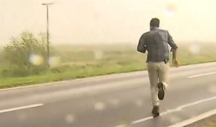 A cameraman ended up wounded with hail while covering the strong storm