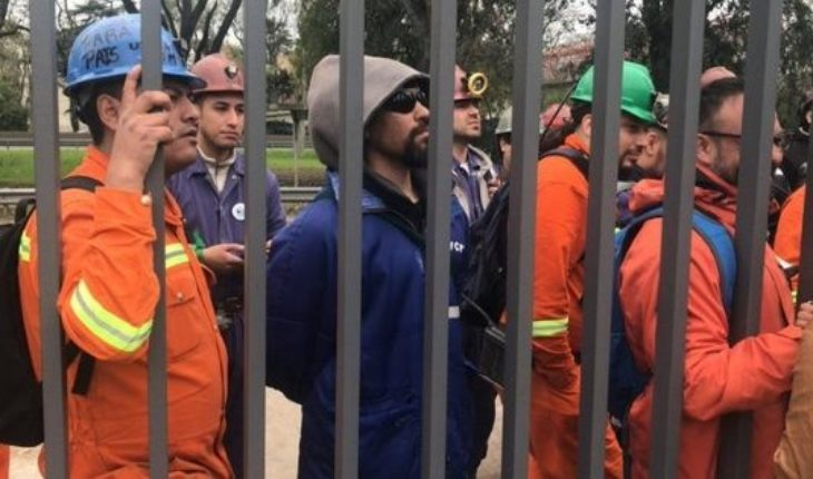 Incidents at the door of the INTI when workers of Río Turbio attended an Assembly