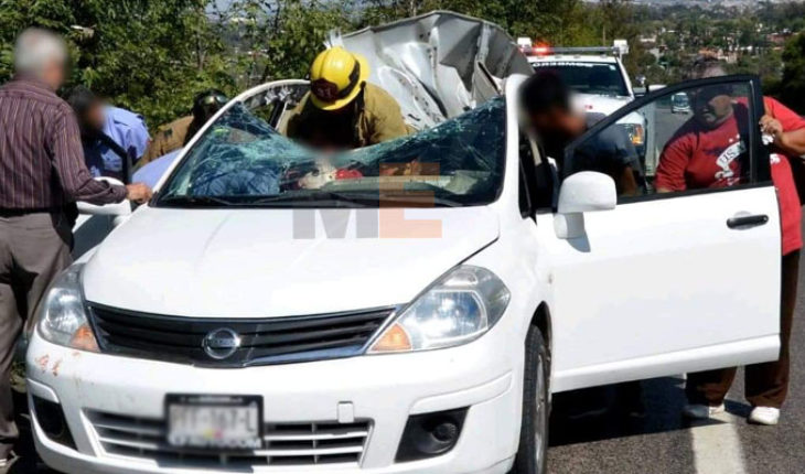 Llanta de tráiler choca contra parabrisas de auto; hay cuatro heridos