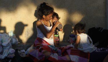 Migrantes descansan en Huixtla antes de continuar hacia EU