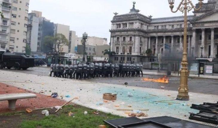 Piedras y balas de goma afuera del Congreso: detenidos y heridos