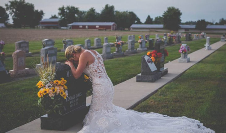 Scheduled for your wedding day women used wedding dress and goes to the grave of her fiancé