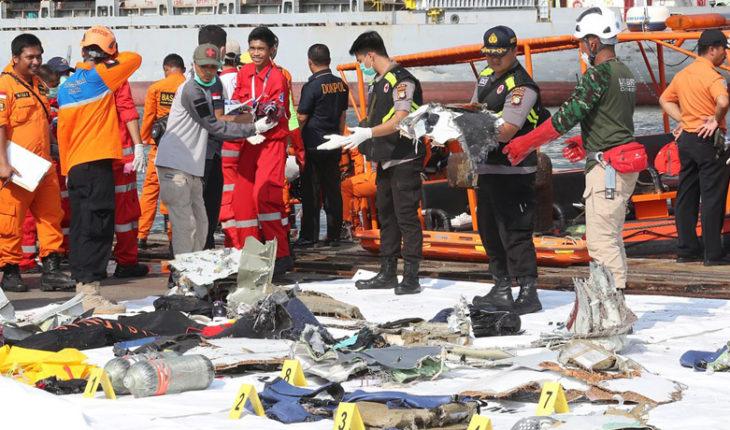 Un avión cayó al mar con 189 personas en Indonesia