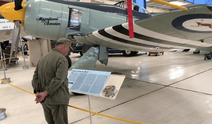Avión de la II Guerra Mundial se estrella; deja 2 muertos