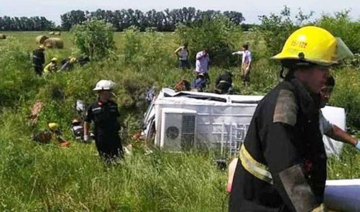 Camión chocó a una combi en la ruta 6: murieron 2 enfermeras y la conductora del vehículo