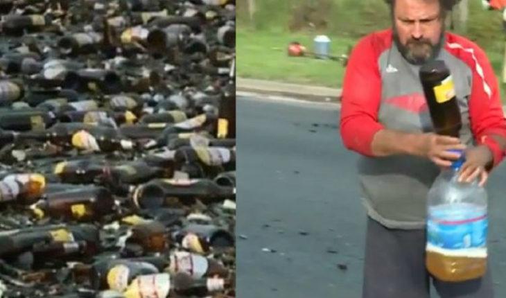 Camión con cervezas volcó en plena calle y vecinos aprovecharon de llenar bidones