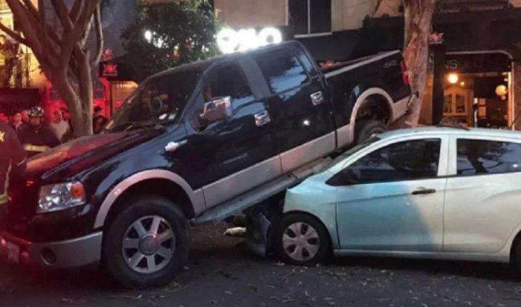 Conductor intenta atropellar a un ciclista, termina lesionando a cuatro personas