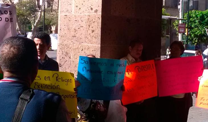 Defensores ambientales se manifiestan en la Presidencia Municipal de Guadalajara