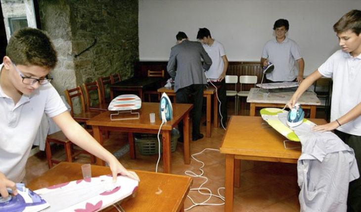En España, escuela enseña a alumnos varones a cocinar, limpiar, planchar y coser