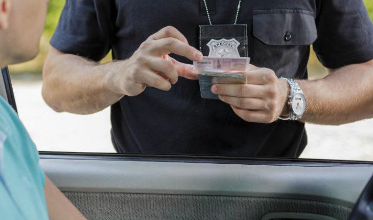 Joven obtiene su licencia de conducir y la policía se la quita a los 49 minutos