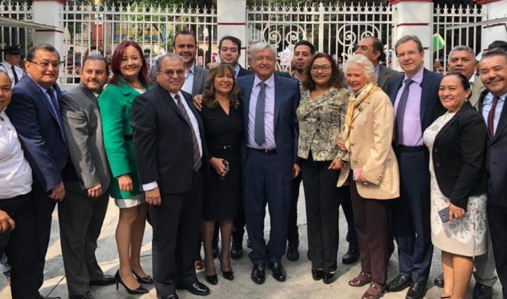 "López Obrador se reúne grupo elbista ""Maestros por México"""