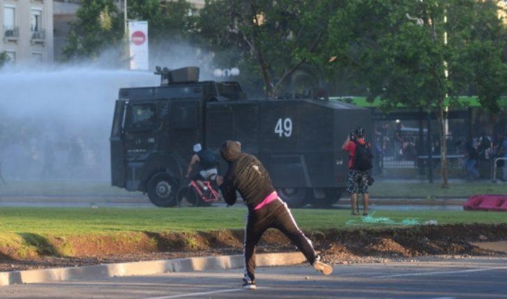 Mano dura policial: Carabineros dispersa protesta en Plaza Italia por muerte de comunero mapuche