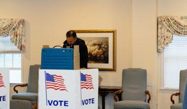 Una persona vota ayer en el estado de Pensilvania. Foto: Garen M. (CC BY-NC 2.0)