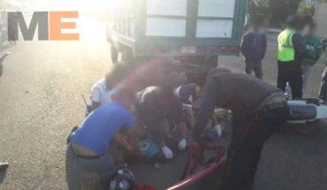 Motociclista resulta herido al chocar contra camioneta, en Zitácuaro
