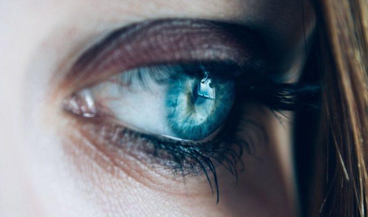 Mujer fue a aplicarse pestañas y casi pierde la vista
