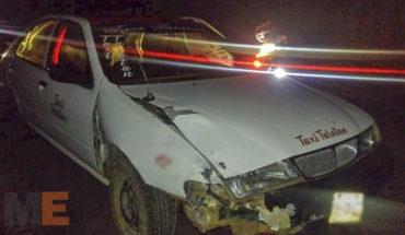 Tras chocar contra motociclista, taxista abandona su unidad en Uruapan, Michoacán; pasajera fallece