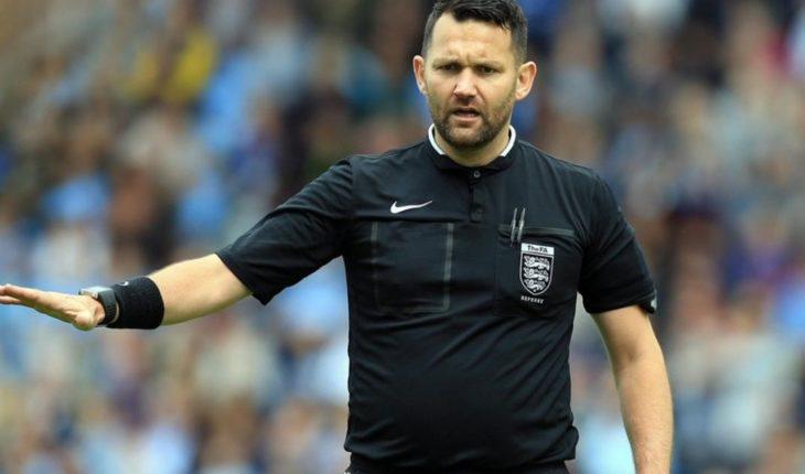 """Un árbitro fue suspendido por hacer el sorteo inicial con """"piedra, papel o tijera"""""""