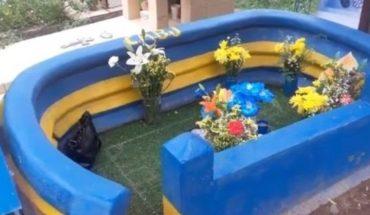 Una Bombonera en una tumba como homenaje a su hijo fallecido