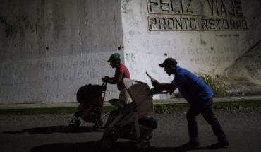 Una familia lucha para seguir el ritmo de caravana migrante